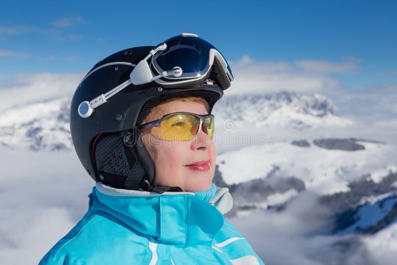 Montañas del esquiador del retrato en el fondo Estación de esquí Soll, el Tyrol imagen de archivo