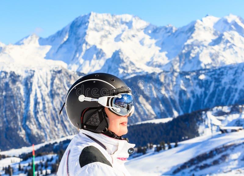 Montañas del esquiador del retrato en el fondo Ski Resort Courchevel imágenes de archivo libres de regalías