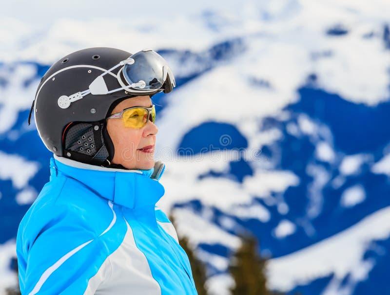 Montañas del esquiador del retrato en el fondo fotos de archivo libres de regalías