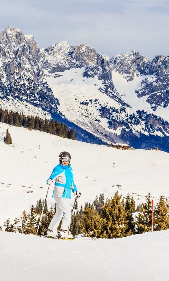 Montañas del esquiador del retrato en el fondo Estación de esquí fotografía de archivo