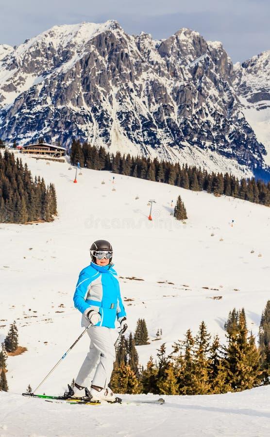 Montañas del esquiador del retrato en el fondo Estación de esquí fotos de archivo libres de regalías