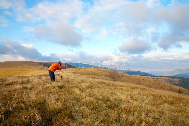 Montañas del fotógrafo y del otoño fotos de archivo