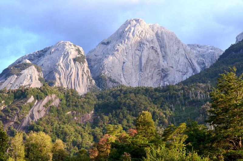 Montañas del granito en el valle del ³ de CochamÃ, región de los lagos de Chile meridional foto de archivo