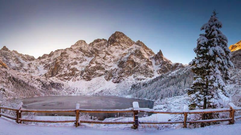 Montañas del invierno con el ojo helado del mar del lago en el parque nacional de Tatra Paisaje del oko de Morskie foto de archivo