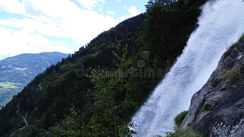 Montañas del italiano de la cascada fotografía de archivo libre de regalías