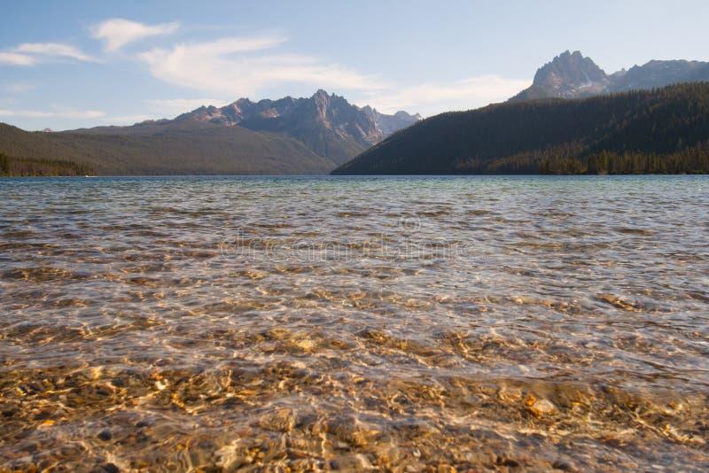 Montañas del lago y del diente de sierra redfish en Idaho fotos de archivo libres de regalías