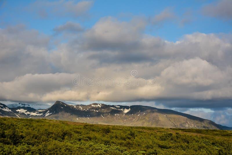 Montañas del parque nacional de Skaftafell y nubes de cúmulo, Islandia i fotografía de archivo libre de regalías