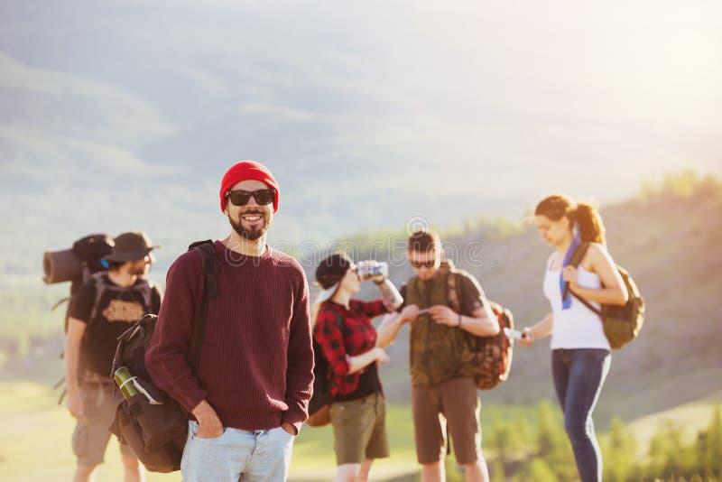 Montañas del senderismo del viaje de los amigos al aire libre fotos de archivo