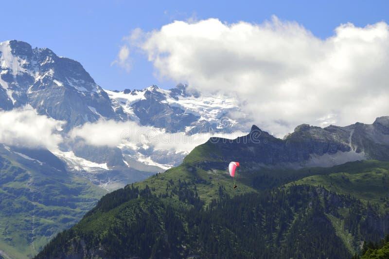 Montañas del suizo del Paragliding fotografía de archivo libre de regalías