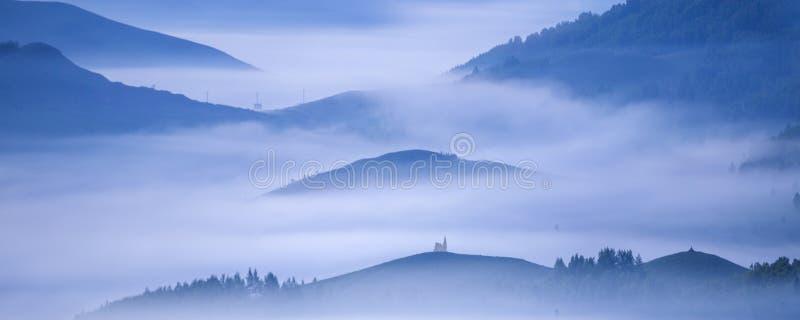 Montañas distantes imagenes de archivo