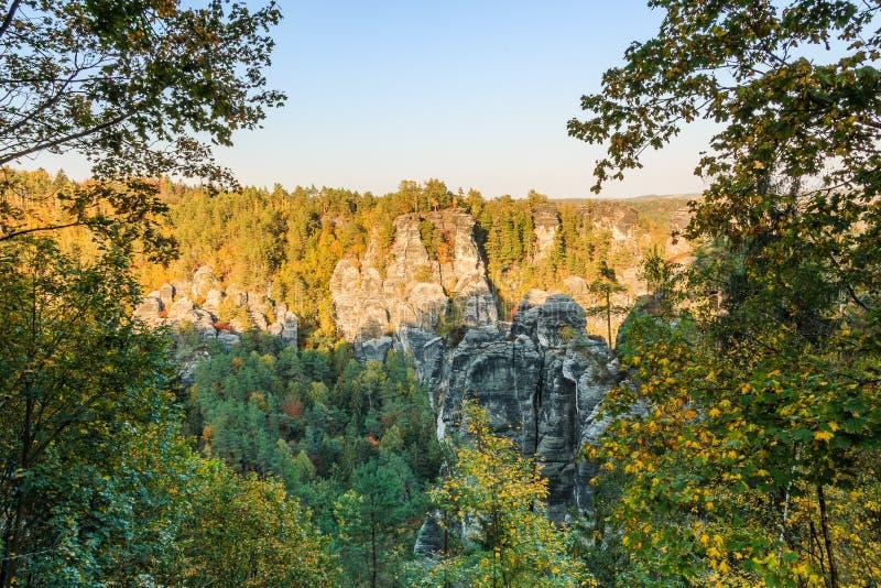 Montañas Elbe Sandstone en otoño con formaciones rocosas al atardecer imagenes de archivo