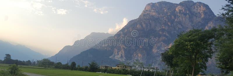 Montañas en crepúsculo imagen de archivo