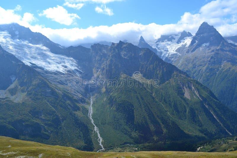 Montañas en Dombai imagen de archivo