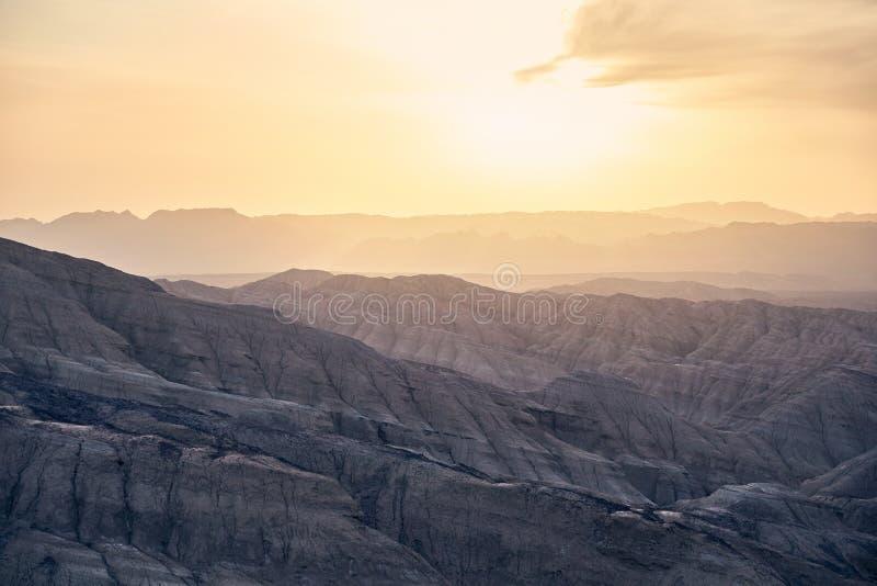 Montañas en el desierto en la puesta del sol imagen de archivo libre de regalías