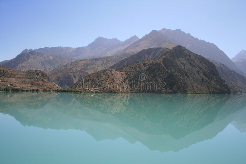 Montañas en el lago fotos de archivo