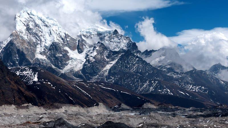 Montañas en Himalaya y los glaciares fotos de archivo