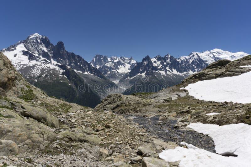 Montañas en junio Vista del macizo de Mont Blanc foto de archivo libre de regalías
