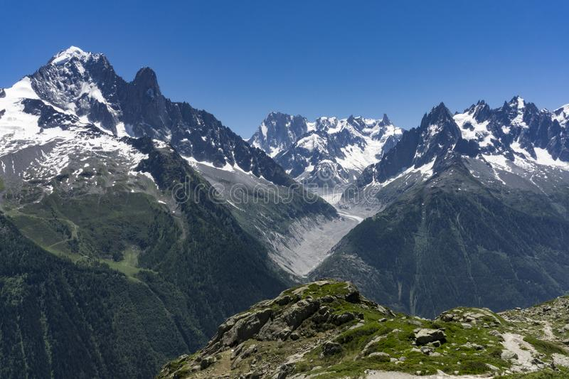 Montañas en junio Vista del macizo de Mont Blanc imagen de archivo libre de regalías