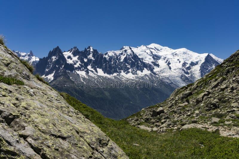 Montañas en junio Vista del macizo de Mont Blanc imágenes de archivo libres de regalías