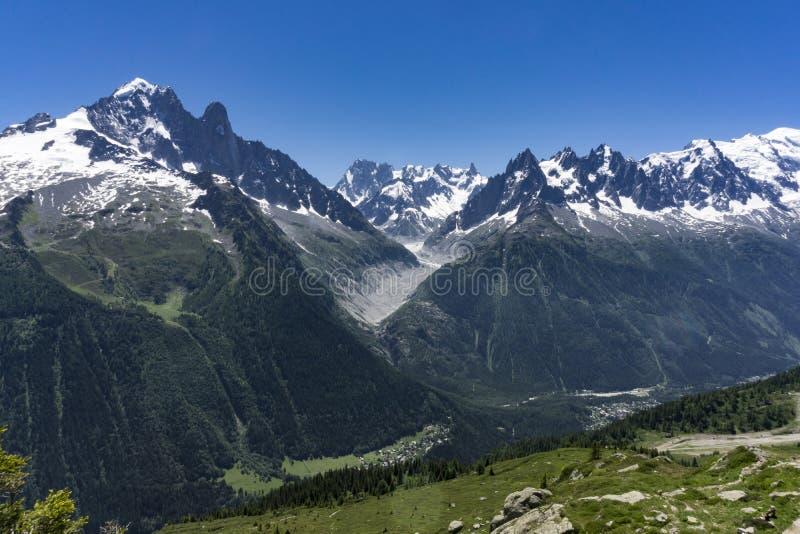 Montañas en junio Vista del macizo de Mont Blanc foto de archivo