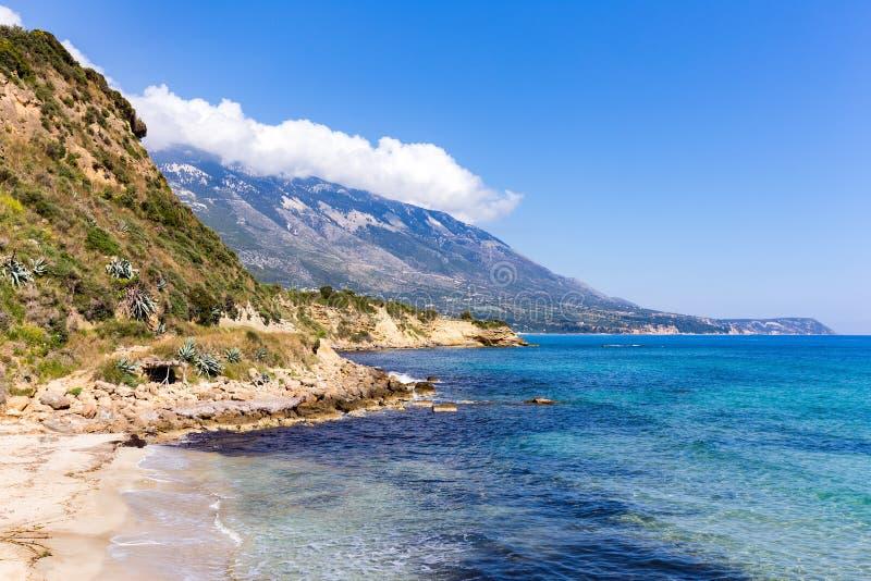 Montañas en la costa con el mar azul en Kefalonia Grecia foto de archivo