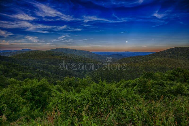 Montañas en la hora azul de Ridge Parkway During The Blue, oscuridad foto de archivo libre de regalías