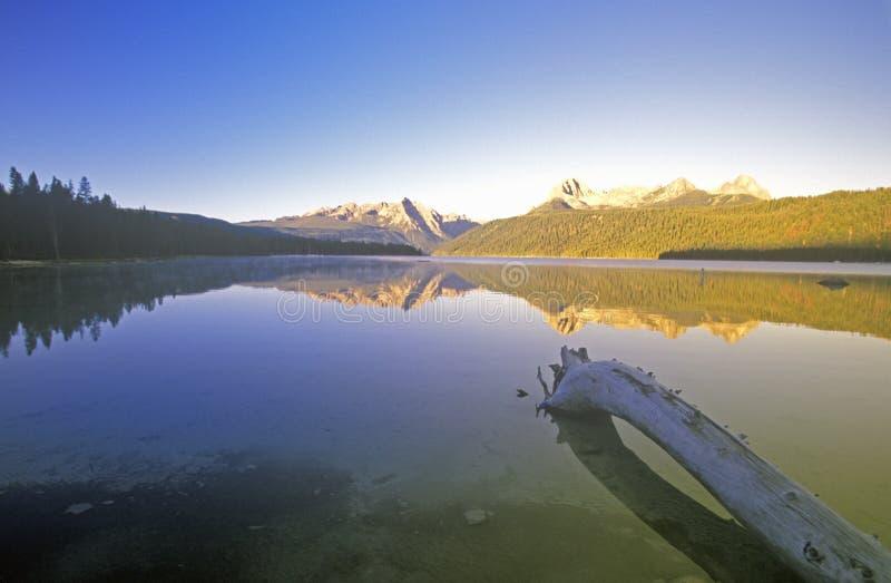 Montañas en la salida del sol, Idaho del lago y del diente de sierra redfish fotografía de archivo libre de regalías