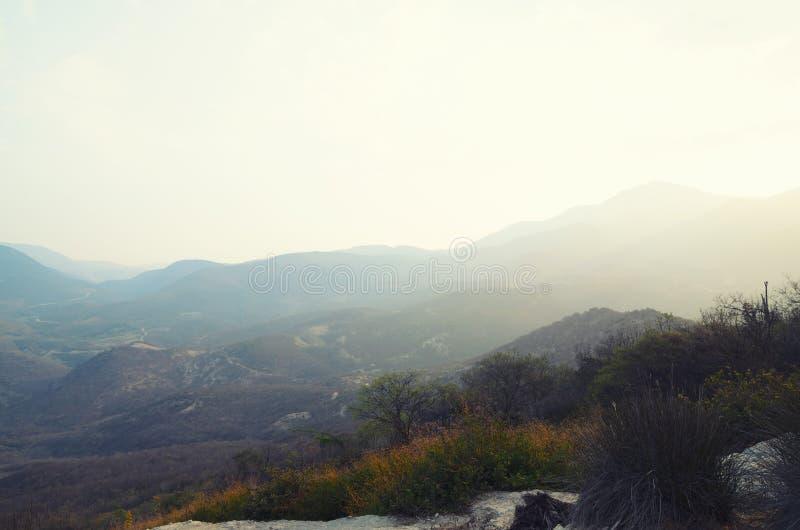 Montañas en luz suave de la puesta del sol imagenes de archivo