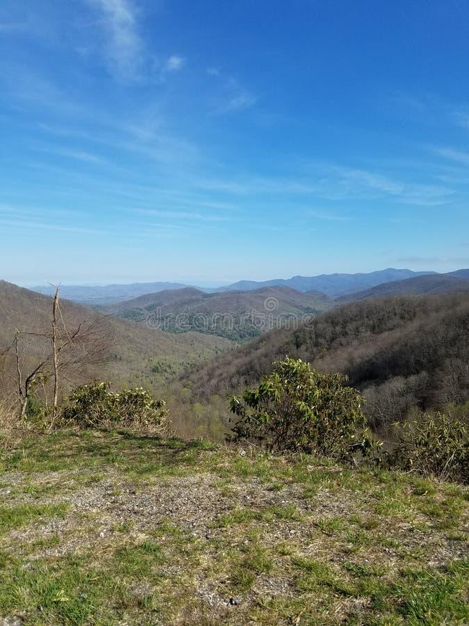 Montañas en un día claro foto de archivo