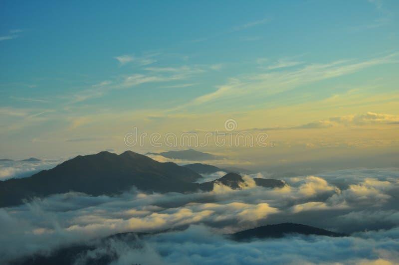 Download Montañas en una niebla foto de archivo. Imagen de belleza - 42446250