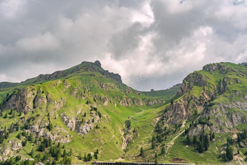 Montañas escénicas con la colina verde debajo del cielo cubierto imagen de archivo