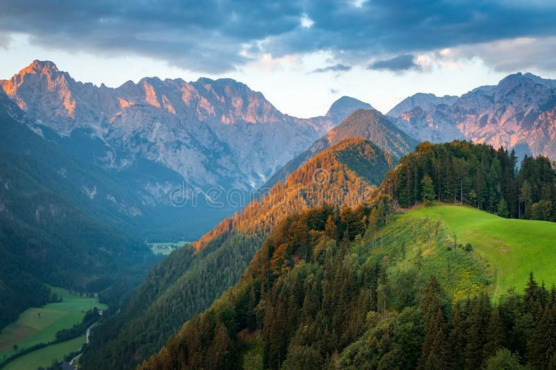 Montañas eslovenas en la salida del sol, valle de Logar imagen de archivo