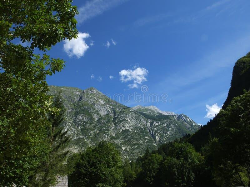 Montañas eslovenas sobre el río de Soca fotografía de archivo