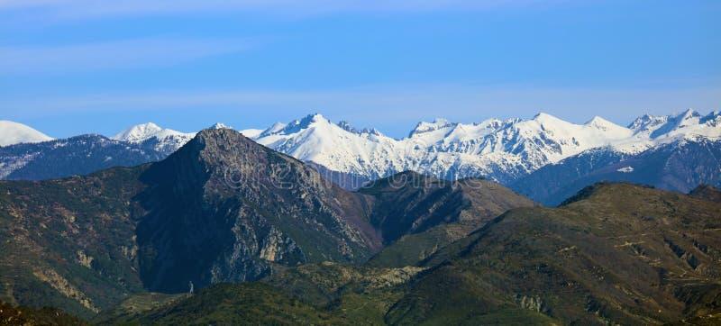 Montañas francesas riviera francesa, ` Azur, costa mediterránea de CÃ'te d, Eze, Saint Tropez, Cannes y Mónaco Agua azul y yates  fotografía de archivo