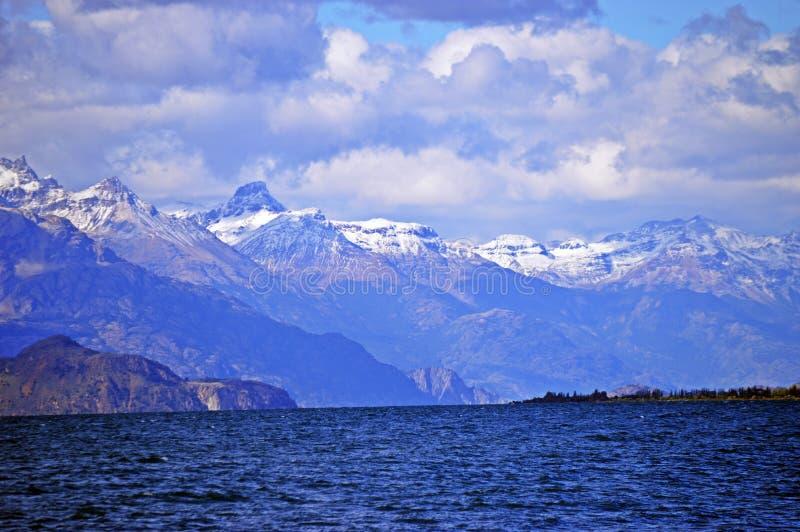 Montañas heladas en Puerto Guadal en el camino meridional fotos de archivo