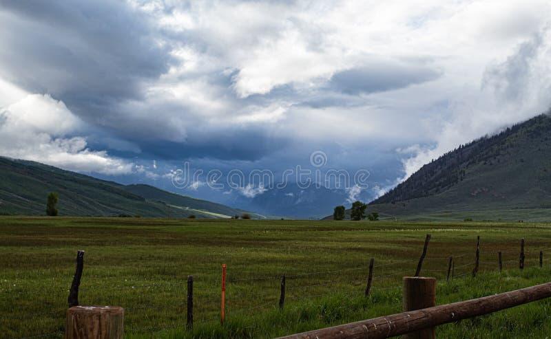 Montañas herbosas distantes fotografía de archivo