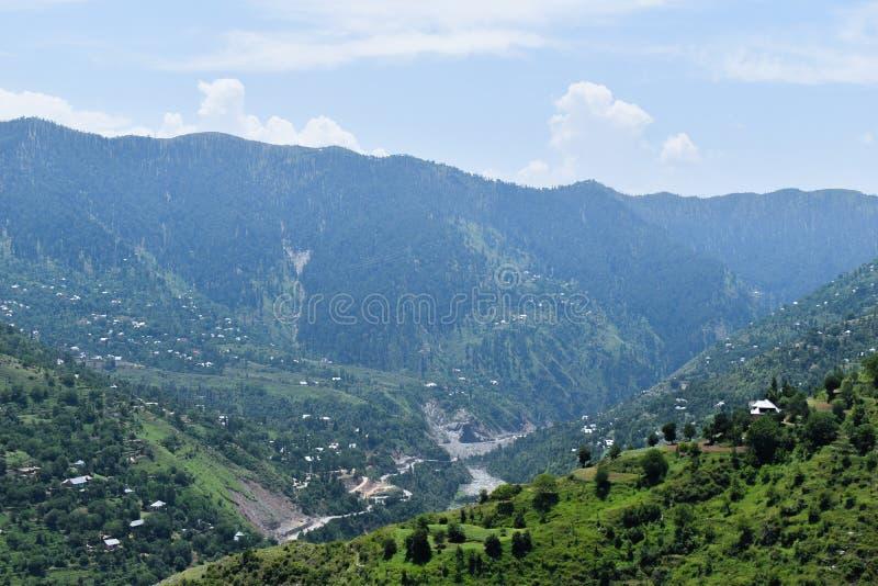 Montañas hermosas con la gran variedad de flora y de fauna y pequeños pueblos en Kashmir Valley la India imágenes de archivo libres de regalías