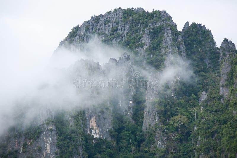 Montañas hermosas con suavemente la niebla, duro y blando Paisaje t foto de archivo libre de regalías
