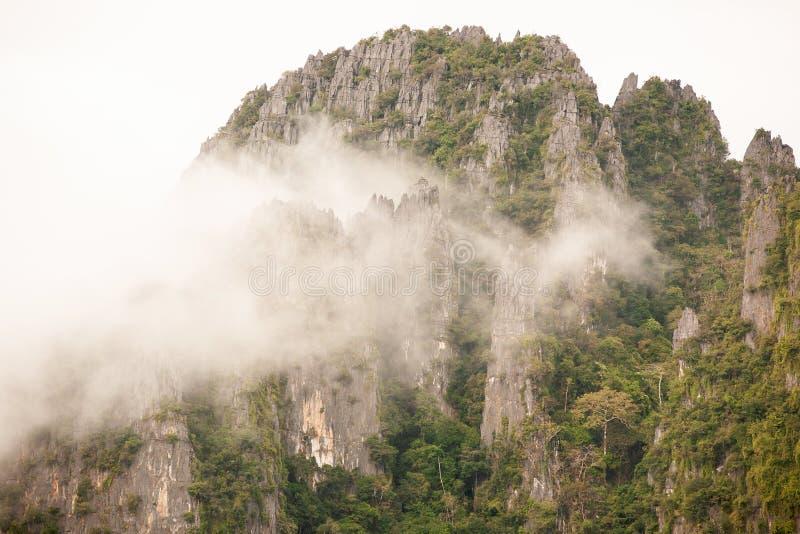 Montañas hermosas con suavemente la niebla, duro y blando Paisaje t fotos de archivo