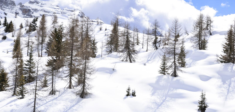 Montañas hermosas cubiertas con nieve los picos de las montañas son el fondo de las cuestas del esquí para los esquiadores imagen de archivo