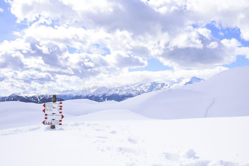 Montañas hermosas cubiertas con nieve los picos de las montañas son el fondo de las cuestas del esquí para los esquiadores foto de archivo