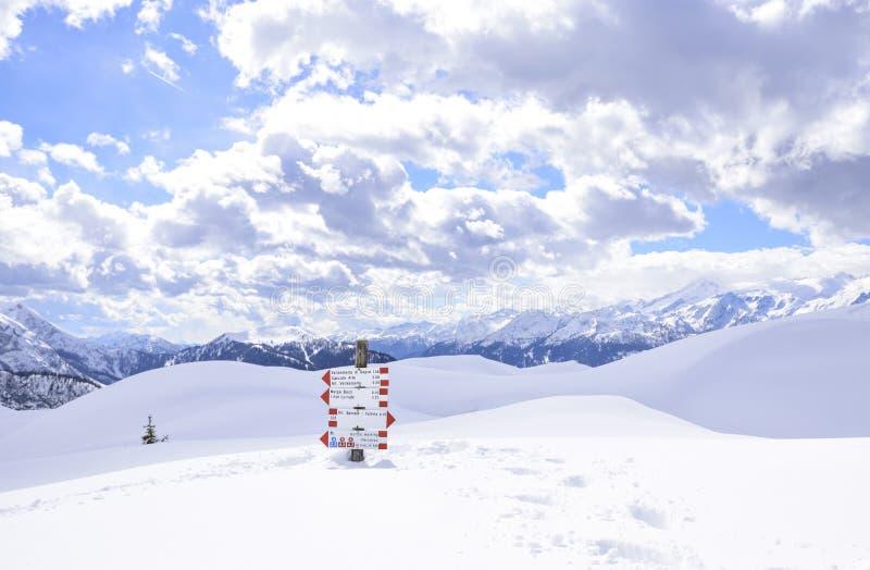 Montañas hermosas cubiertas con nieve los picos de las montañas son el fondo de las cuestas del esquí para los esquiadores fotos de archivo