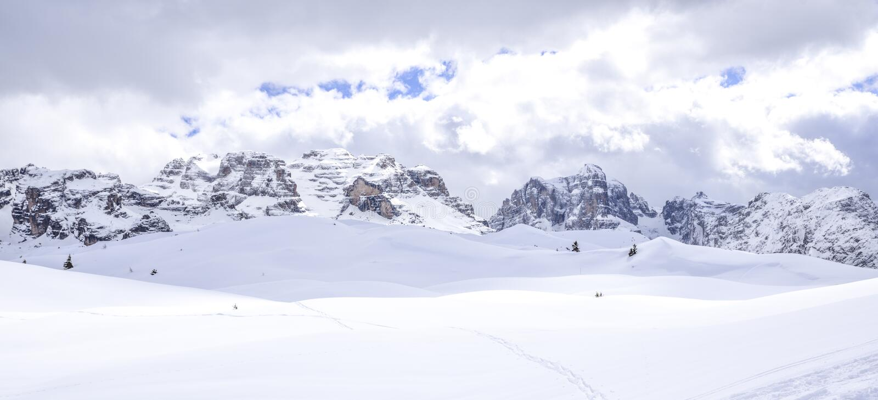 Montañas hermosas cubiertas con nieve los picos de las montañas son el fondo de las cuestas del esquí para los esquiadores imagen de archivo libre de regalías