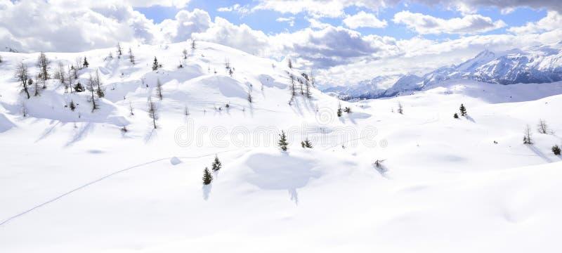 Montañas hermosas cubiertas con nieve los picos de las montañas son el fondo de las cuestas del esquí para los esquiadores imágenes de archivo libres de regalías