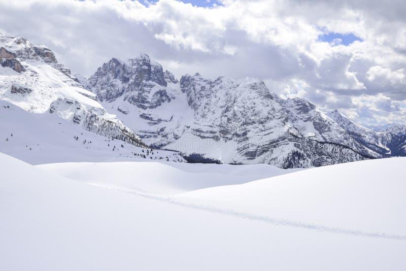 Montañas hermosas cubiertas con nieve los picos de las montañas son el fondo de las cuestas del esquí para los esquiadores fotos de archivo libres de regalías