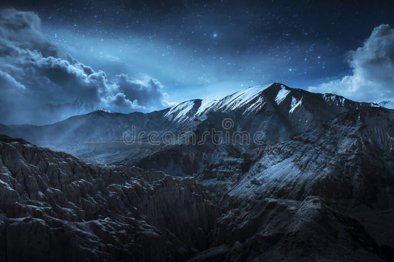 Montañas hermosas de la nieve del paisaje en la noche en fondo azul de la nube y de la estrella Leh, Ladakh, exposición de IndiaD imagen de archivo