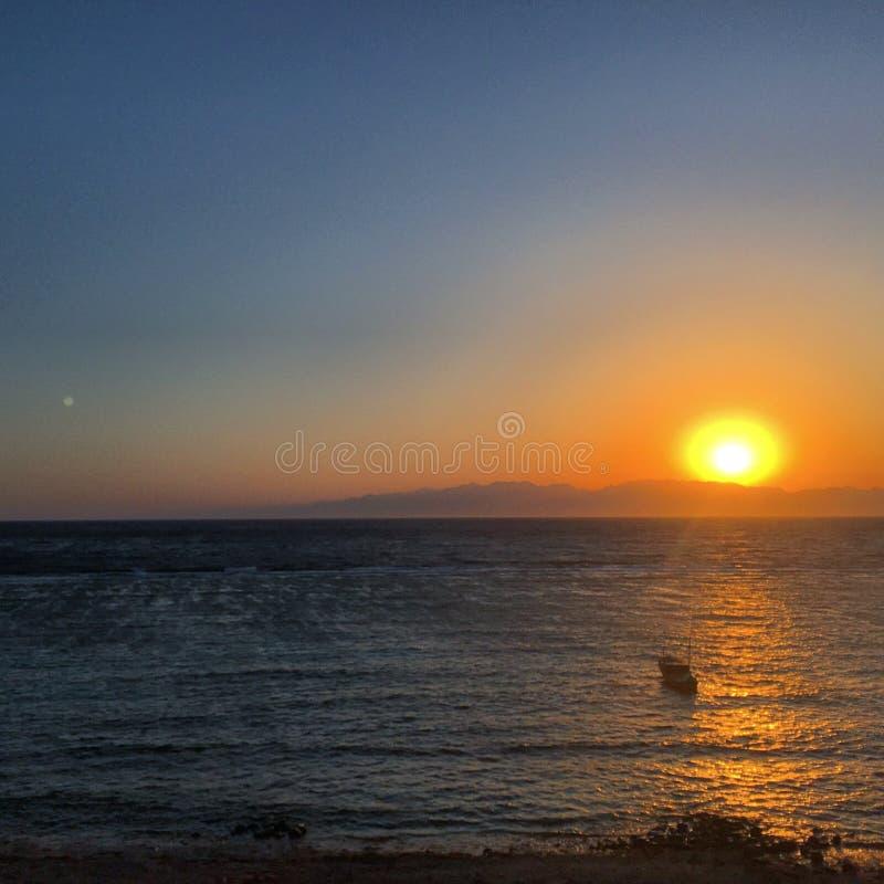 Montañas hermosas de la playa de la salida del sol de Sinaí en dahab foto de archivo libre de regalías