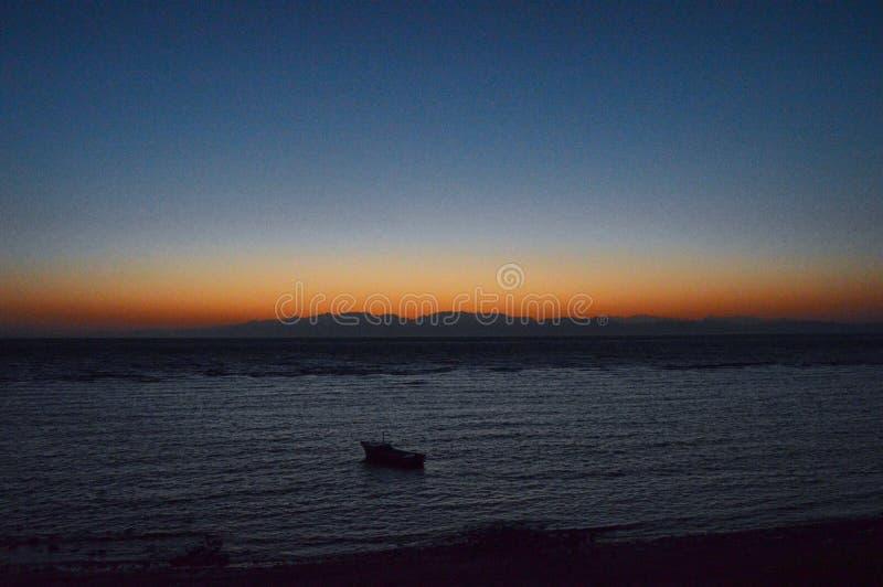 Montañas hermosas de la playa de la salida del sol de Sinaí en dahab imagenes de archivo