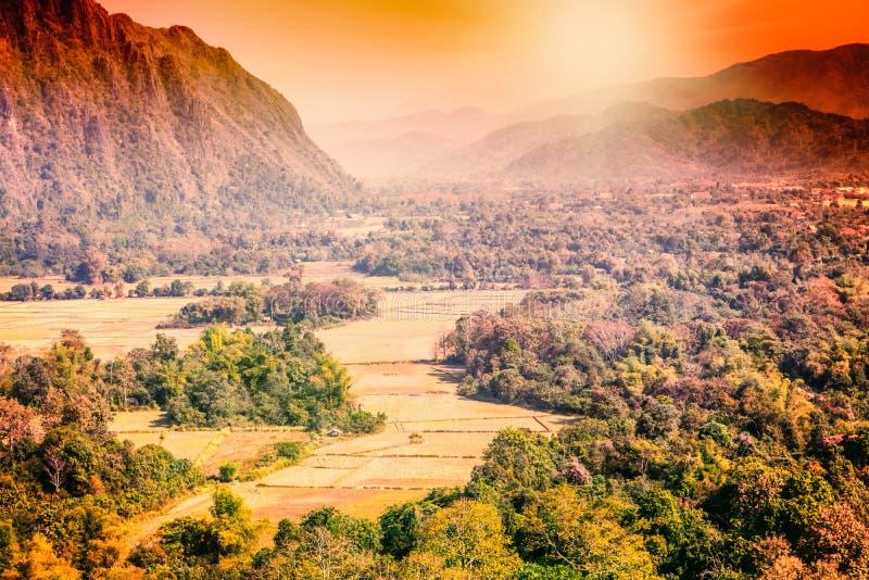 Montañas hermosas de Laos de la puesta del sol, ciudad de Vang Vieng fotografía de archivo libre de regalías