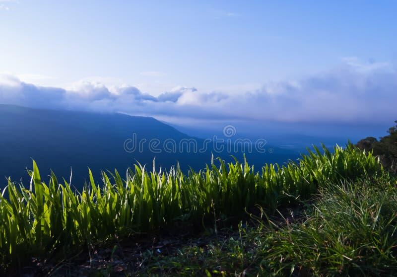 Montañas hermosas paisaje y cielo azul de la nube imágenes de archivo libres de regalías